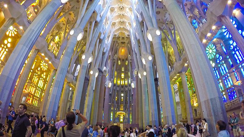 Interior da Sagrada Família de Barcelona