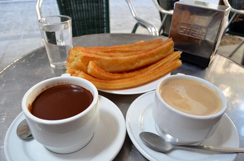 Tradicionais churros com chocolate de Madri