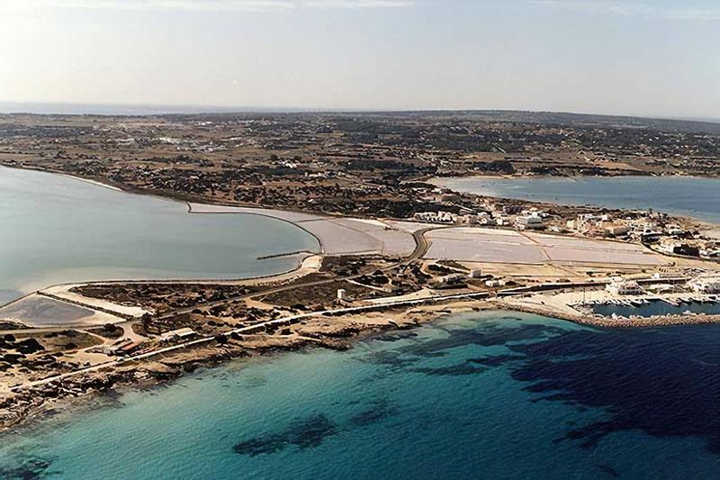 Vista aérea da Cala Savina em Formentera