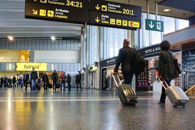 Pessoas no aeroporto de Valência - Espanha