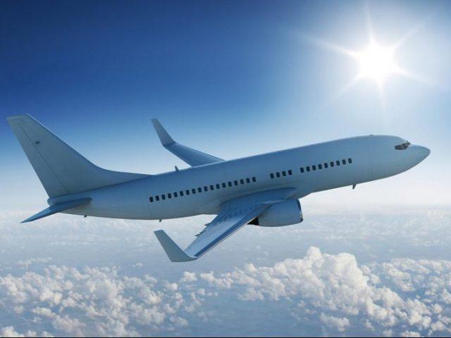 Avião nas nuvens