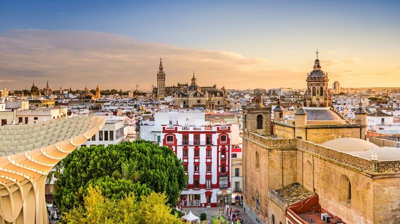 Pôr do sol durante o verão em Sevilha